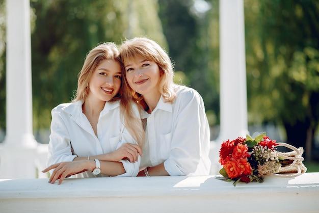 Mãe com filha em um parque de verão Foto gratuita