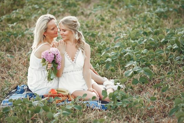 Mãe com filha linda em um campo de outono Foto gratuita