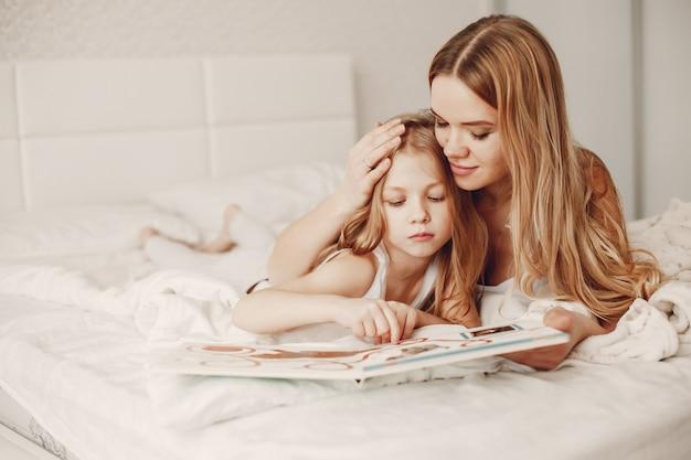 Mãe com filha loira fofa Foto gratuita