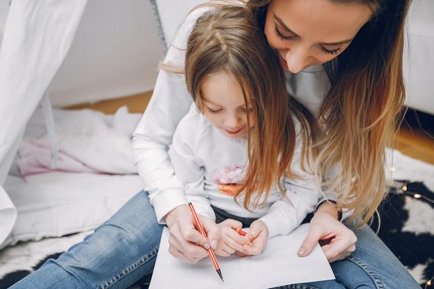 Mãe, com, filha pequena, casa Foto gratuita