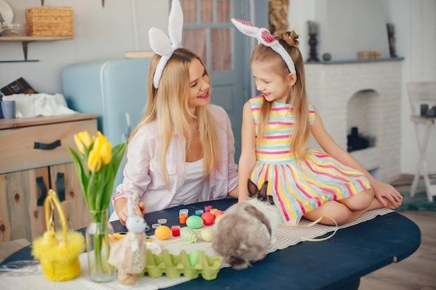 Mãe, com, filha pequena, em, um, cozinha Foto gratuita