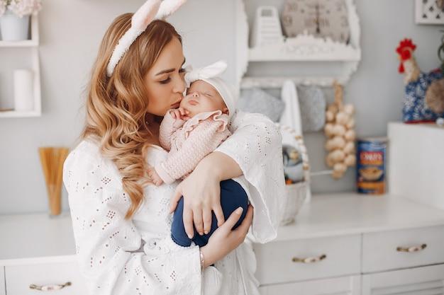 Mãe, com, filha pequena, em, um, sala Foto gratuita