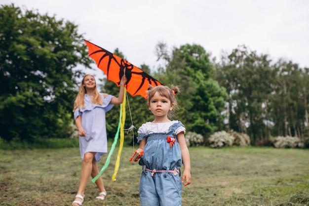 Mãe, com, filha pequena, parque Foto gratuita