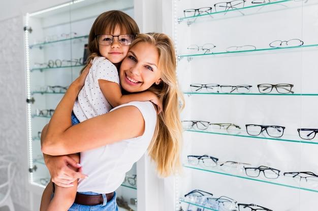 Mãe com filha usando óculos Foto gratuita