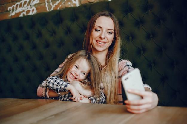 Mãe com filha Foto gratuita