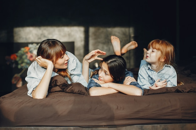 Mãe com filhas em casa Foto gratuita
