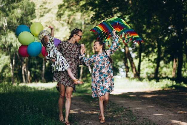 Mãe, com, filhas, parque Foto gratuita