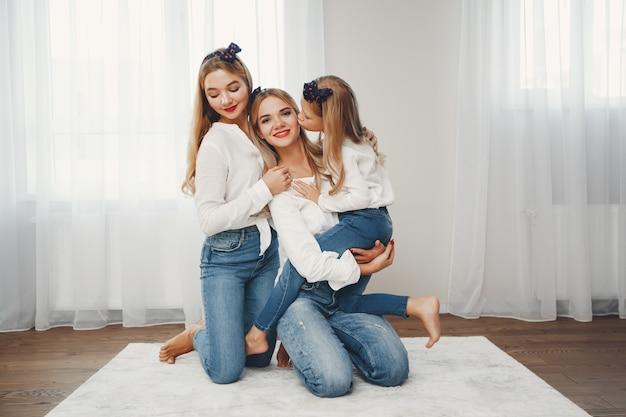 Mãe com filhas Foto gratuita