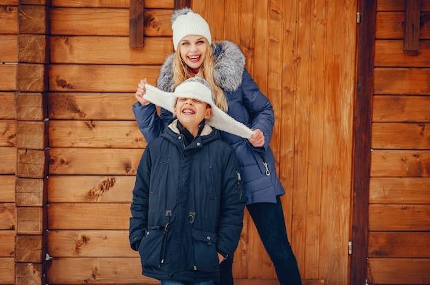 Mãe com filho bonito em um inverno oark Foto gratuita