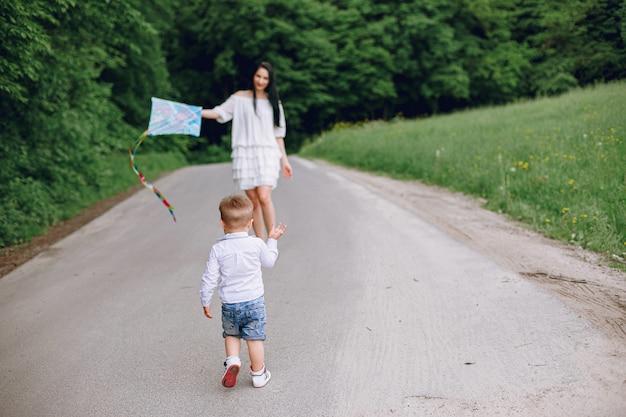 Mãe com filho brincando em um parque de verão Foto gratuita