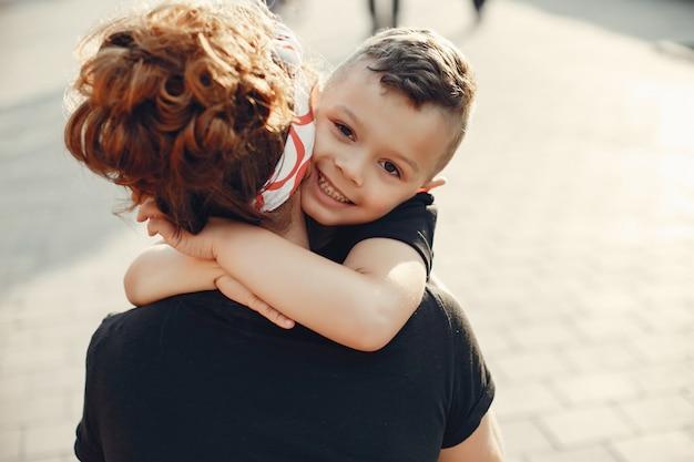 Mãe com filho jogando em uma cidade de verão Foto gratuita