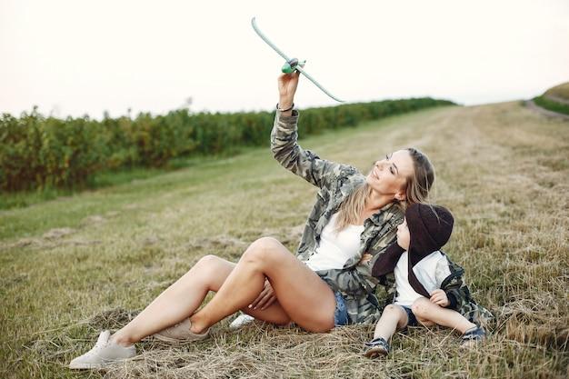 Mãe com filho pequeno bonito em um campo de verão Foto gratuita