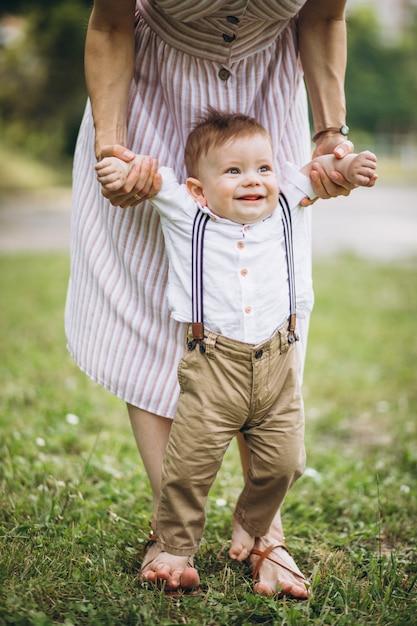 Mãe com filho pequeno da criança no parque Foto gratuita