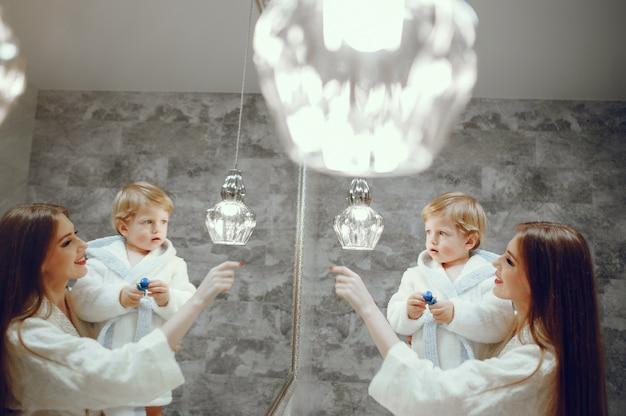 Mãe, com, filho pequeno, em, um, banheiro Foto gratuita