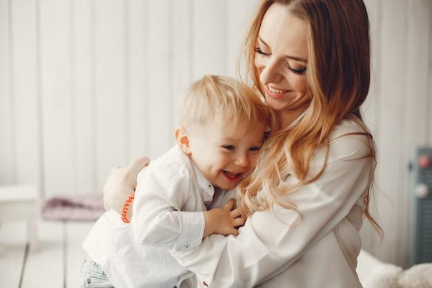 Mãe, com, filho pequeno, em, um, sala Foto gratuita