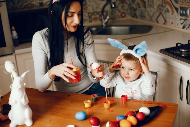 Mãe com filho pequeno em uma cozinha Foto gratuita