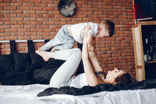 Mãe com filho pequeno Foto gratuita