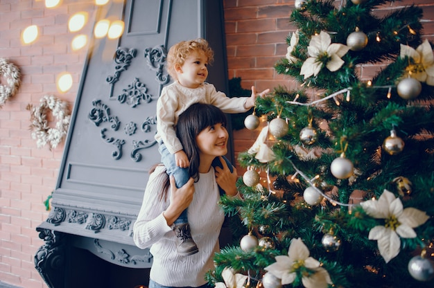 Mãe com filho sentado em casa Foto gratuita