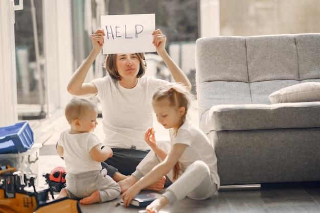 Mãe com filhos fica em casa em quarentena Foto gratuita