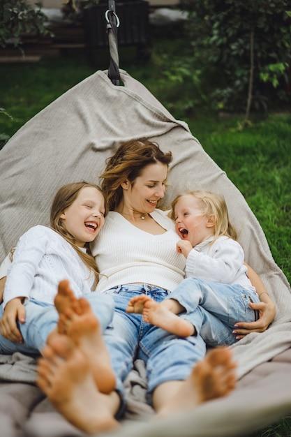 Mãe com filhos se divertindo em uma rede. mãe e filhos em uma rede. Foto gratuita