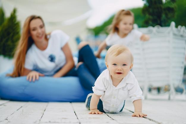 mãe com filhos Foto gratuita