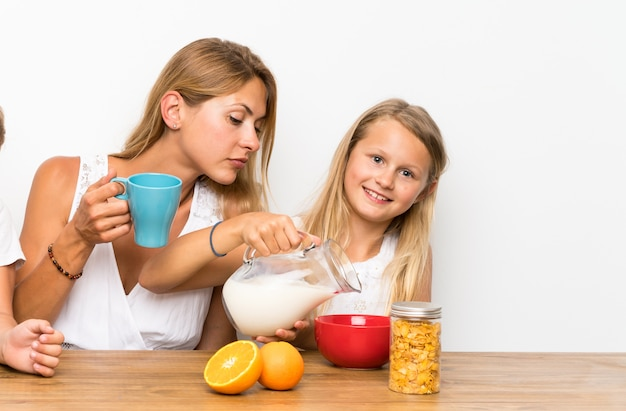 Mãe com seus dois filhos tomando café da manhã Foto Premium