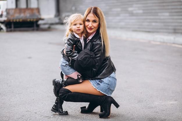 Mãe com sua filha bebê fora da rua Foto gratuita