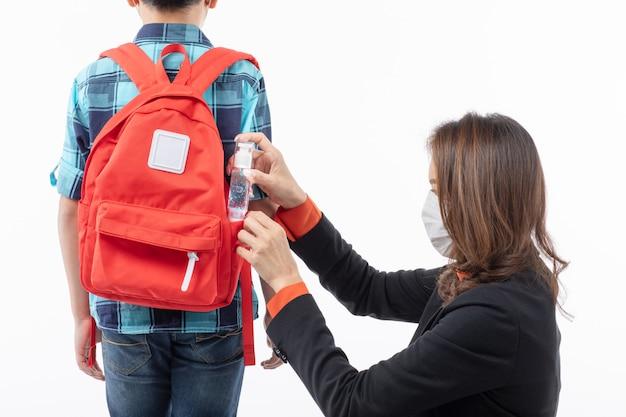 Mãe dar gel de lavagem das mãos ao filho Foto Premium