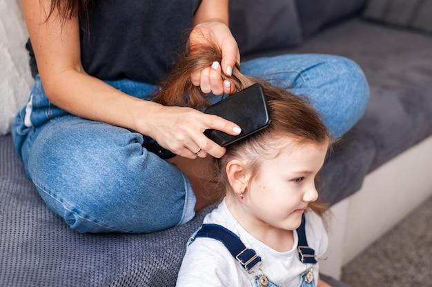 Mãe de close-up, estilo de cabelo de suas filhas Foto gratuita