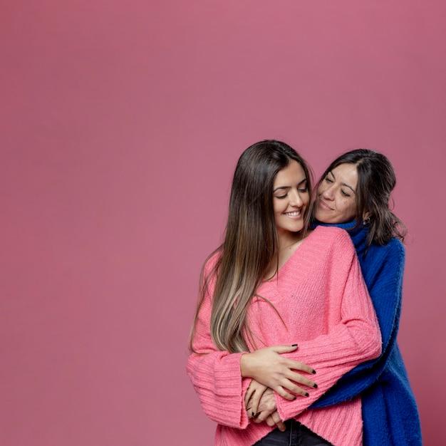 Mãe de cópia-espaço e filha abraço Foto gratuita