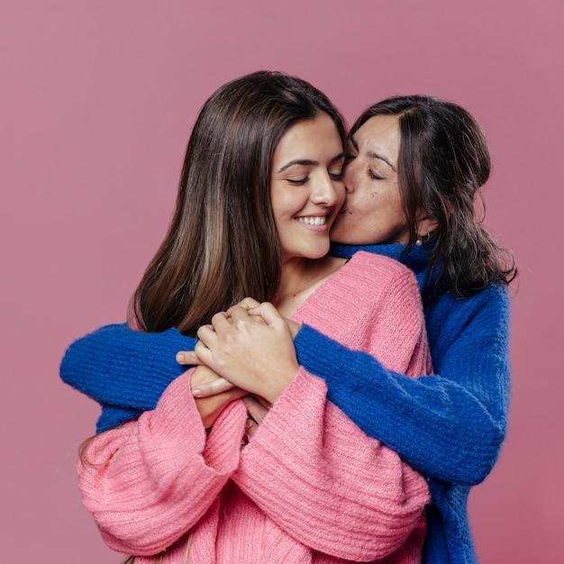 Mãe de vista frontal e filha abraçando Foto gratuita