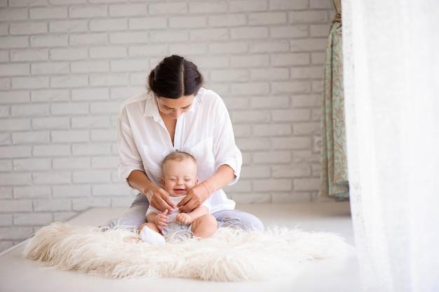 Mãe e bebê brincando no quarto Foto Premium