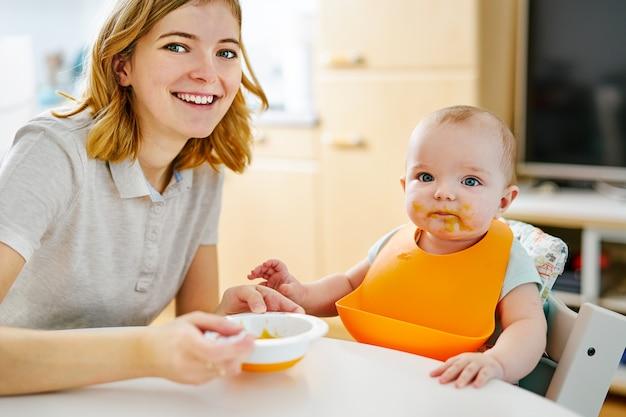 Mãe e bebê menino durante a alimentação Foto Premium