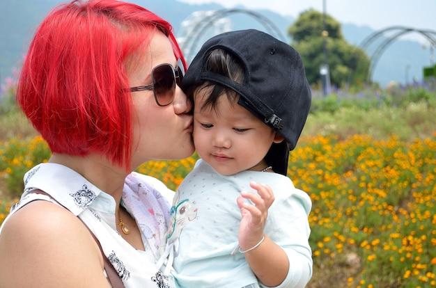 Mãe e criança com amor Foto Premium