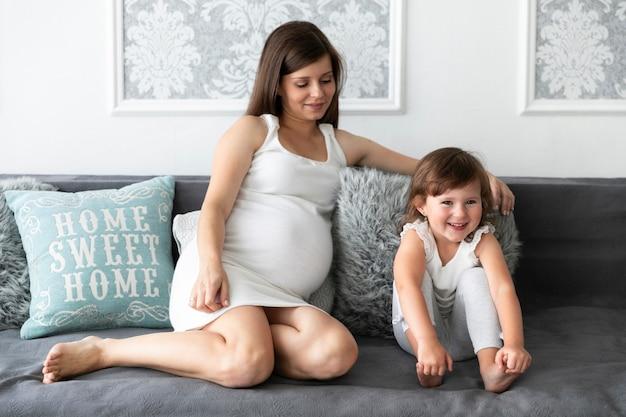 Mãe e filha a passar tempo juntos Foto gratuita