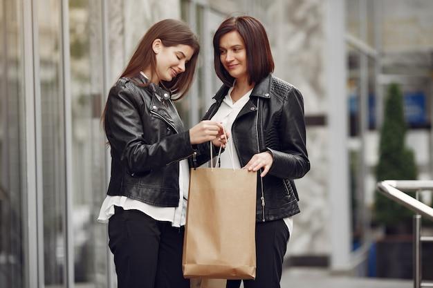 Mãe e filha adulta com sacola de compras Foto gratuita