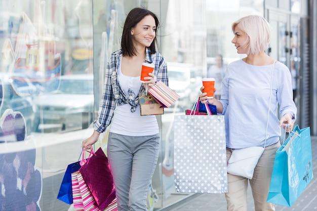 Mãe e filha adulta fazendo compras juntos. mãe adulta meada e sua filha no shopping. Foto Premium