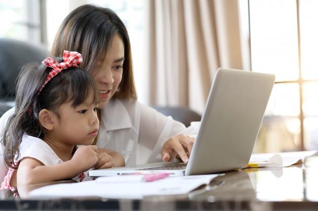 Mãe e filha asiáticas em casa Foto Premium