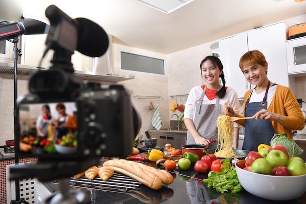 Mãe e filha blogueira vlogger e influenciadora on-line gravando conteúdo de vídeo em alimentos saudáveis Foto Premium