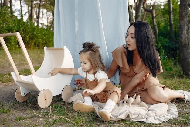 Mãe e filha brincando em um campo de verão Foto gratuita