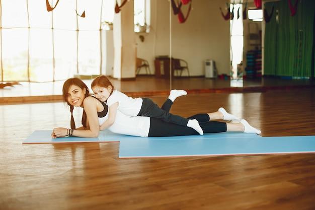 Mãe e filha com fitball Foto gratuita