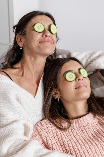 Mãe e filha com máscara de olhos Foto gratuita