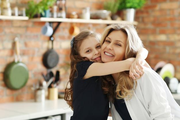 Mãe e filha dando um ao outro um abraço apertado Foto gratuita