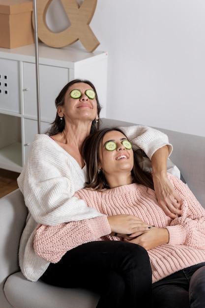 Mãe e filha de alto ângulo enfrentam cuidados Foto gratuita