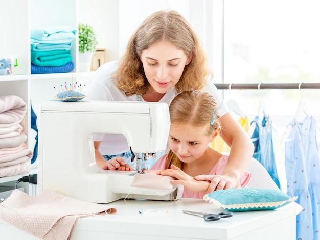 Mãe e filha de costura Foto Premium