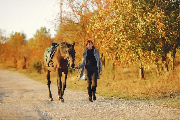 Mãe e filha em um campo brincando com um cavalo Foto gratuita