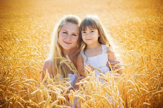 Mãe e filha em um campo de trigo. foco seletivo. Foto Premium