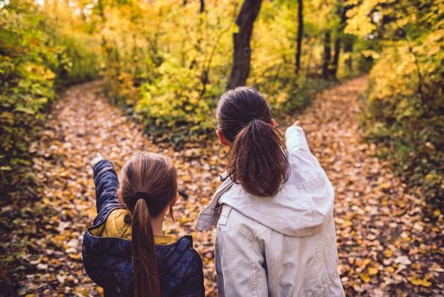 Mãe e filha em uma encruzilhada Foto Premium