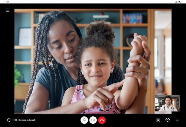Mãe e filha em uma videochamada com um médico para uma consulta durante a estadia em casa. novo estilo de vida normal. conceito de cuidados de saúde e medicina. Foto gratuita