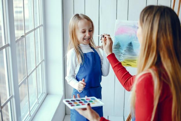 Mãe e filha estão desenhando Foto gratuita